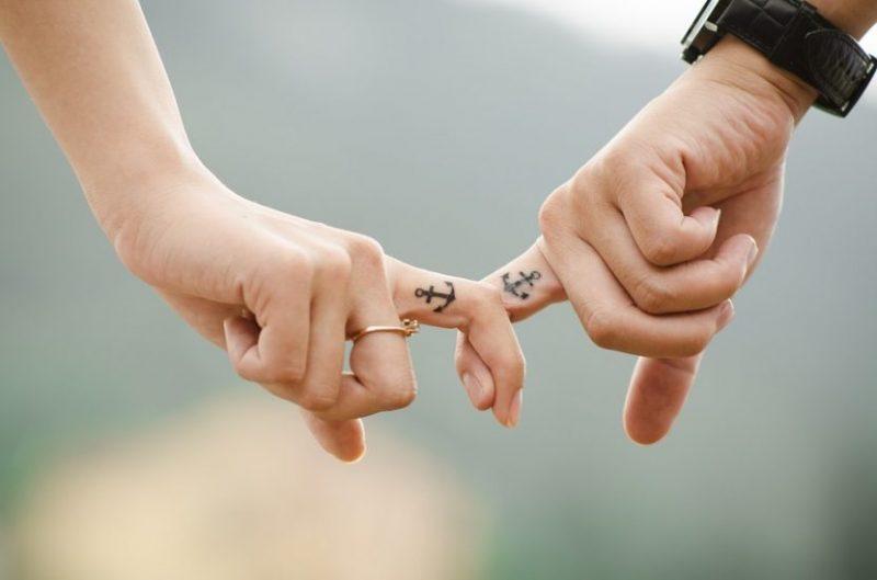 Manos agarradas, mostrando el amor de pareja